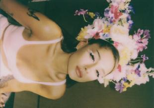 花仙子!A妹庆生派对 鲜花眼妆和男友甜蜜拥吻