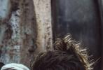 近日,朱正廷在社交平台上晒出了一组战损妆写真大片。大片中,朱正廷身穿浅卡其色风衣置身于废旧工厂,满身污渍手缠绷带,一改以往帅气清爽风格,化身力量感MAX的痞酷boy。微卷凌乱的苹果头发型,为整体造型增添了一丝帅气雅致。