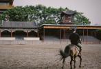 """6月29日,李現工作室分享了一組李現騎馬的照片,并發文稱:""""馬場訓練進行時,今天是為《人生若如初見》認真學習的騎馬少年。"""""""