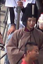 《青簪行》曝路透 杨紫小太监造型拍摔倒戏有点萌