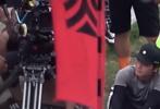 近日,网上曝光了一则杨紫拍摄《青簪行》的路透视频。画面中,杨紫一改之前路透中仙气飘飘的长发女装造型,换上了一身灰土土的小太监服;听导演讲戏的小猴紫表情超认真,拍摄打戏和救人摔倒的戏份,意外地有点萌。