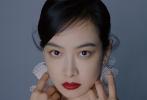日前,宋茜登上《Instyle优家画报》最新一期封面,香奈儿女郎优雅出镜,用眼神诉说万千故事,传递复古质感韵味。