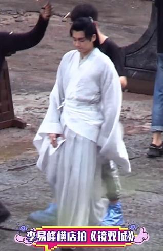 www.allbetgaming.com:李易峰《镜双城》曝路透 新造型白衣飘飘气质出尘