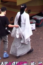 李易峰《镜双城》曝路透 新造型白衣飘飘气质出尘
