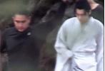 7月1日,网上曝光了一则李易峰拍摄《镜·双城》的路透花絮。李易峰饰演的苏摩再次解锁新造型,换上了一身白色长衫,走路带风,气质出尘,就连背影都是仙气十足。