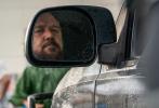 """日前,由罗素·克劳主演的影片《精神错乱》发布一组高清剧照。照片中,罗素·克劳饰演的卡车司机面露凶色,看上去极度缺乏耐心,而凯伦·皮斯托里斯饰演的年轻妈妈""""瑞秋""""眼神中流露出几分恐惧与不安。"""