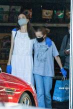 安吉丽娜·朱莉带娃出街防护到位 亲女儿身高瞩目