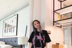 7月2日,李小璐品牌官微分享了一组她的最新时尚写真。照片中,李小璐扎着脏辫,穿插着几屡紫色编发,身穿黑色吊带露脐上衣搭配潮款链条牛仔裤,侧身马甲线清晰可见。