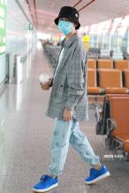 """""""朱朝阳""""荣梓杉私服潮范儿 长腿瞩目坐姿潇洒"""