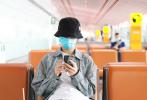 """7月2日,北京,热播网剧《隐秘的角落》""""朱朝阳""""的扮演者荣梓杉亮相机场。当天,他身穿格纹衬衫外套和印花牛仔裤,头戴黑色渔夫帽,一身潮装帅气吸睛。"""