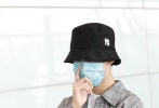 """7月2日,北京,熱播網劇《隱秘的角落》""""朱朝陽""""的扮演者榮梓杉亮相機場。當天,他身穿格紋襯衫外套和印花牛仔褲,頭戴黑色漁夫帽,一身潮裝帥氣吸睛。"""