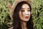 近日,赵丽颖曝光一组夏日写真,她头戴小草帽,身穿黄绿相间的小雏菊连体装,俏皮嘟嘴,活力满满,穿梭在一片绿茵之中,仿佛是夏日森林里的小精灵。