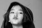 """近日,在热播剧《隐秘的角落》中小朋友三人组的女生""""普普""""王圣迪,曝光了一组和《时尚芭莎》合作拍摄的时尚写真。大片整体采用黑白色调,质感十足,王圣迪眼神灵动充满故事感。"""