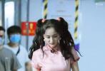 7月5日,网上曝光了一组杨幂录制《密室大逃脱》的路透照。大幂幂身穿粉色旗袍,扎着双马尾,粉嫩俏皮。一身旗袍勾勒出凹凸有致的身材,令人艳羡不已。