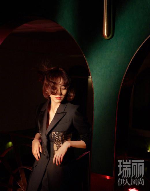 allbet:佟丽娅复古港风短发造型登封 露背裙装性感冷艳 第3张