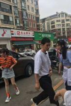 黄晓明赵丽颖《中餐厅》路透 与小区居民亲切互动