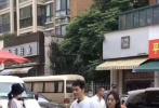 """近日,有网友晒出《中餐厅4》在湖北宜昌录制中的路透照。黄晓明和本季新成员赵丽颖在宜昌某小区和街道进行拍摄,二人身边簇拥着诸多工作人员,但据爆料网友表示,""""真人都好瘦啊,都好热情,(和小区居民)近距离打了招呼""""。"""