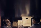 7月6日,《密室大逃脱2》曝光一组全新剧照,杨幂和邓伦、黄明昊等人变身地产中介,上演《大厦疑云》。