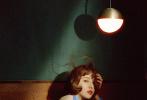 7月6日,佟丽娅和《瑞丽伊人风尚》合作拍摄的7月刊封面大片释出。丫丫透过镜头化身成80年代的复古丽人,身穿水蓝色露背连衣裙,性感的蕾丝透视西装,港风齐刘海短发,迷离双眸,尽显风情万种!