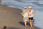 """当地时间7月5日,美国加州,""""水果姐""""凯蒂·佩里和未婚夫""""开花""""奥兰多·布鲁姆带着爱犬们现身圣塔芭芭拉海滩。"""