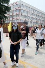 张子枫回家乡河南参加高考 素颜简装现身仍被认出