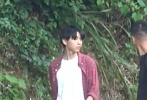 7月8日,电影《我和我的家乡》徐峥执导部分的路透照曝光,只见徐峥明显发福,穿着拖鞋和肥大的背心与主演王俊凯一同现身杭州千岛湖。