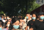 7月8日,网上曝光了一组赵丽颖录制《中餐厅4》的路透照。赵丽颖独自前往超市购买食材,被大批路人还有粉丝跟拍,以至于最终在保安的紧密护送下才得以脱身。