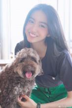 元气少女!木村光希与爱犬玩耍 灿笑露可爱虎牙