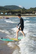 王一博海上也要骑摩托 乘风破浪的小哥哥来了!