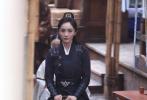7月10日,有网友曝光杨幂拍摄电视剧《斛珠夫人》的最新路透。照片中,杨幂一身黑色长衫,高马尾长发,骑在骏马上潇洒帅气。