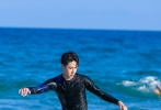 """7月10日,UNIQ官博曝光一組王一博錄制《夏日沖浪點》的劇照。照片中,王一博不僅沖浪、打沙灘排球,還穿著救生衣,在海上騎摩托艇,身姿矯健玩得不亦樂乎,""""騎上心愛的摩托艇擺尾亮相,在世界上任何一個角落騎摩托都沒差!"""""""
