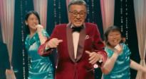 《与我跳舞》宝田明搭档三吉彩花 上演一段荒诞滑稽的歌舞片