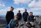 """近日,西尔莎·罗南与男友杰克·劳登及几位好友一同爬山的照片曝光。照片中的罗南一身利落运动装,戴墨镜对镜甜笑,看起来心情极佳。众人俯瞰山下风景,颇有""""一览众山小""""之感。劳登称,他们决定要爬282座海拔3000英尺以上的山峰,现在(苏格兰的希哈利恩峰)是第一座。"""