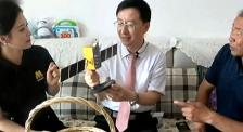 北斗三号卫星系统总设计师林宝军展示北斗卫星模型