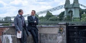 《007:无暇赴死》再曝新剧照 邦德与M室外漫谈