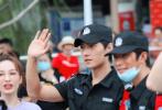 7月13日,网上曝光了一组杨洋在长沙录制《元气满满的哥哥》全新路透。照片中,杨洋身穿全套保安服,帅气又接地气儿,挺拔的身姿不愧是军人出身。
