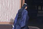 7月14日,《镜·双城》剧组曝出全新路透,李易峰一袭黑色古风长衫帅气亮相,拍摄过程中一记回眸杀,眼神犀利十足。从此前的路透消息来看,李易峰这套造型系剧中角色苏摩黑化后的形象。