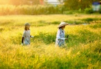 7月16日,一组张子枫和欧阳娜娜田园写真释出。姐妹二人穿着朴素,一个戴着棒球帽一个戴着斗笠,迎着暖阳,穿行在田野间摘花,满满的夏日田园气息。
