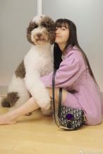 木村心美穿藕荷色西服 超宠溺拥抱爱犬笑容甜美