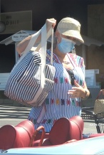 """""""水果姐""""凯蒂·佩里出街 挺孕肚独自超市扫货"""