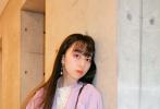 7月17日,木村拓哉的大女儿木村心美在微博晒出四张美照。熟悉的空气刘海长直发,心美身穿休闲风藕荷色西装套装,搭配斜挎包,清新甜美。她还坐在地上怀抱爱犬Eto,画面超温馨。