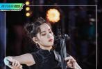 7月17日,即将播出的《明日之子乐团季》发布了一组欧阳娜娜导师舞台造型花絮照。娜娜穿着黑色修身短旗袍,搭配纯黑短靴尽显好身材,俏皮可爱的哪吒头,如此中国风的造型和黑色大提琴相结合,气质典雅又不失炫酷。