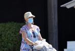 """当地时间7月16日,美国圣巴巴拉,""""水果姐""""凯蒂·佩里现身街头,她穿着宽松的条纹裙,头戴遮阳草帽,脚踩草编平底鞋;虽然口罩半遮面,但是依然可以看出她化了精致的妆容。"""