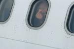 邓超别样庆影迷会成立15周年 向机舱外比心说唇语