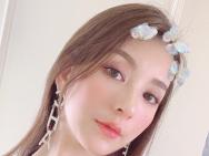 方媛分享夏日夢幻紫妝容清甜可人 穿吊帶衫秀雪膚
