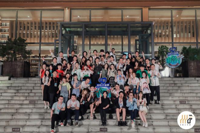 dafa888:《中餐厅4》赵丽颖王俊凯等合照 缺席的他被P图