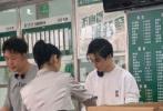 7月19日, 網上曝光了多組王俊凱錄制《中餐廳4》的路透照。照片中,王俊凱穿著白色衛衣搭黃色短褲,梳著蘋果頭,帥氣又顯成熟。他和中餐廳的其他成員為武漢醫護送去親手制作的愛心餐,十分暖心。