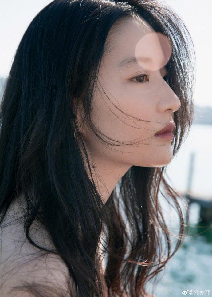 欧博在线官网:刘亦菲分享九宫格美照 穿性感一字肩上衣凝望远景