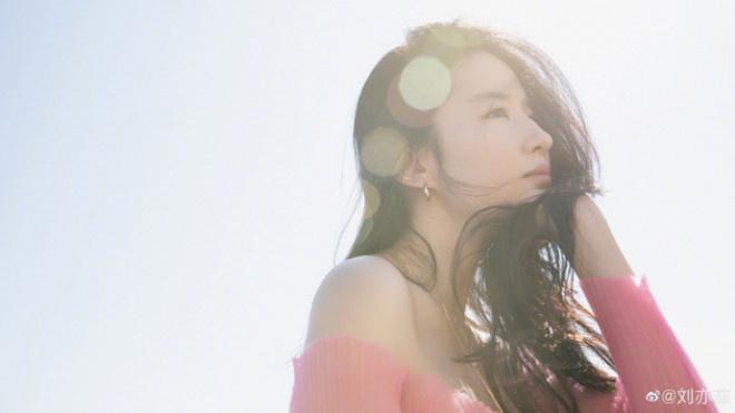 欧博在线官网:刘亦菲分享九宫格美照 穿性感一字肩上衣凝望远景 第2张