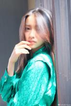 木村光希长发及腰侧颜精致 翡翠绿连衣裙显知性